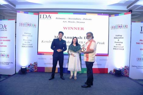 05 May 2017 New Delhi: Receiving the IDA Teaching Award 2016 (National Award) for Teaching Excellence in Art, Music and Drama (Government School) from Ms. Pervin Malhotra, Director, Career Guidance India (CARING) and Mr Rajiv Makhni, Journalist and Managing Editor NDTV. Image courtesy : India Didactics Association