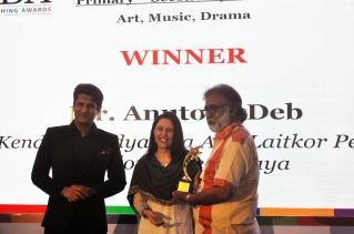 Receiving the IDA TEACHING AWARD 2016 for Teaching Excellence in Art, Music and Drama (Government School), on 5th May 2017 at The India Habitat Centre, New Delhi, from Mr Rajiv Makhni, Journalist and Managing Editor NDTV.